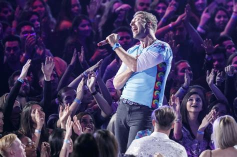 coldplay don t look watch coldplay sing oasis don t look back in anger to