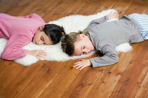 dormire sul pavimento come scegliere il pavimento adatto alla cameretta dei bambini