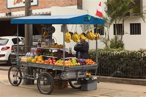 venditore ambulante alimentare carrinho de frutas em miraflores lima peru fotografia