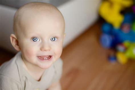 erster zahn wann der erste zahn ist da wenn babys zahnen socko