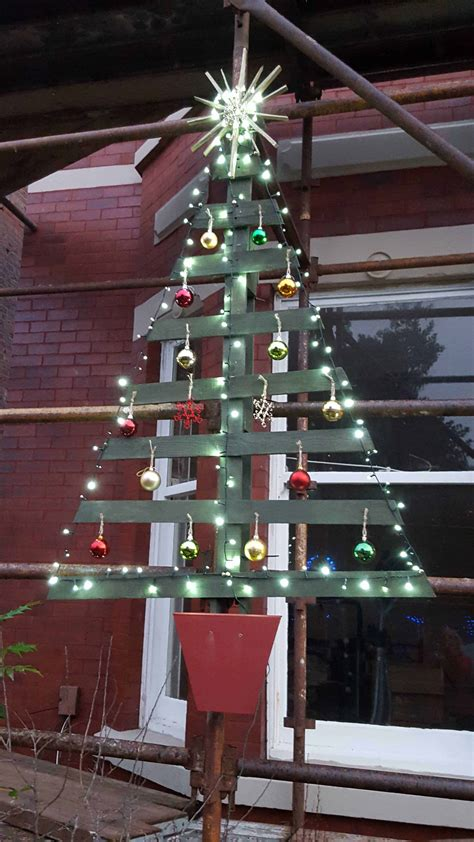 christmas decorations made from wood pallets pallet tree 1001 pallets