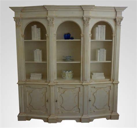 foto di librerie lussuosa libreria in legno per salotto classico idfdesign