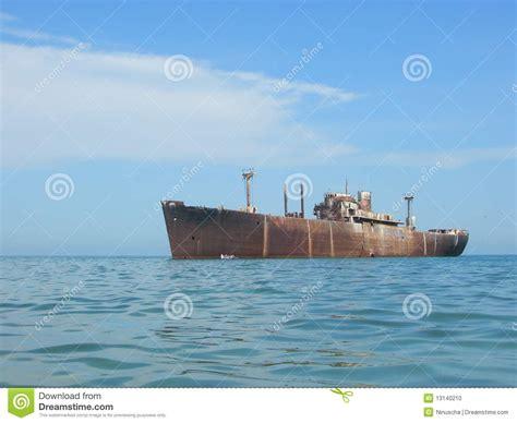 imagenes de barcos oxidados barco oxidado viejo abandonado foto de archivo imagen