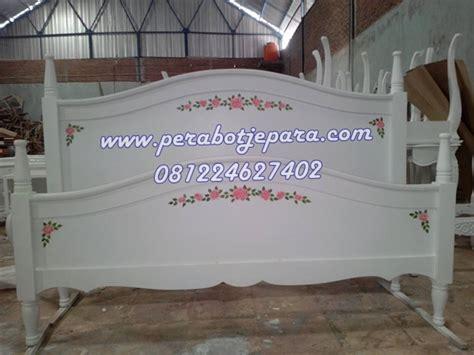 desain lukis bunga model tempat tidur minimalis klasik putih cat lukis mawar