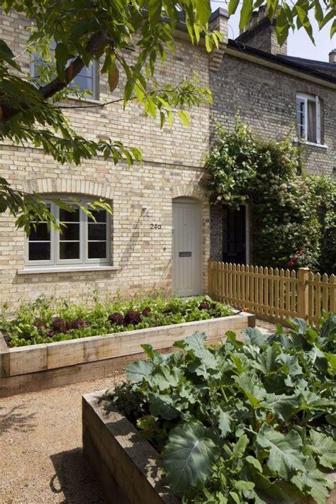 Lawn Begone 7 Ideas For Front Garden Landscapes Gardenista Front Yard Vegetable Garden Ideas