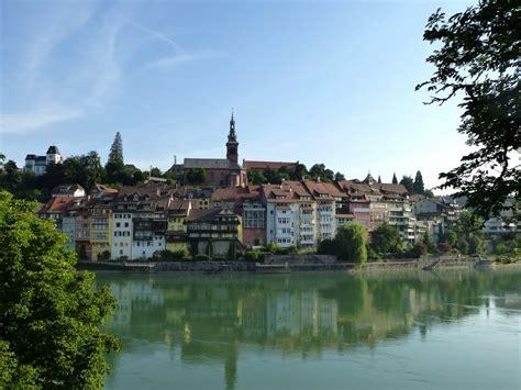 schweizer blick laufenburg im kanton aargau blick vom schweizer rheinufer