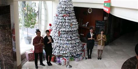 cara membuat pohon natal dari ranting kreatif pohon natal dari koran bekas hiasi lobi hotel di