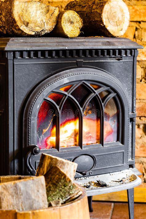 chimenea con la llama y la le 241 a fuego en interior