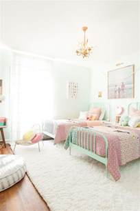 25 best ideas about twin girl bedrooms on pinterest idee deco chambre enfant mixte