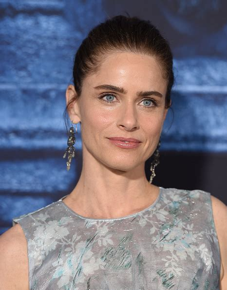 actress married to game of thrones writer everyone needs to read amanda peet s brazen essay about aging