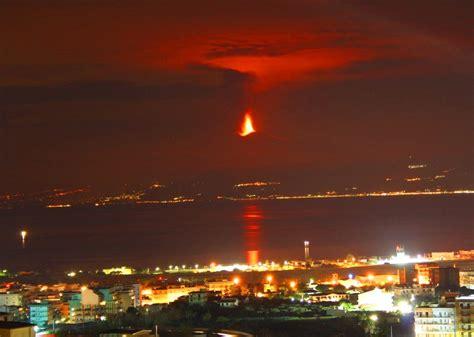 da ceggio etna l eruzione vista da reggio calabria foto