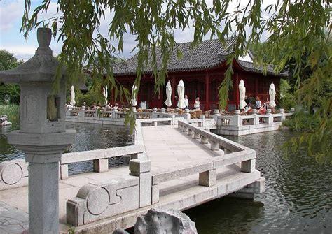 Pavillon Im Garten Bilder by Pavillon Im See Und Zickzackbr 252 Cke Typisch Chinesische