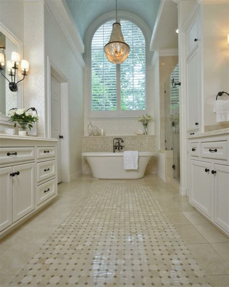 badezimmer mit kronleuchter die freistehende badewanne lassen sie sich verw 246 hnen