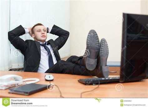 m騁駮 sur le bureau m 226 le esting avec des pieds sur le bureau photo stock
