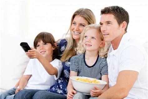 imagenes de la familia viendo tv 10 pel 237 culas de tu infancia que puedes disfrutar ahora con