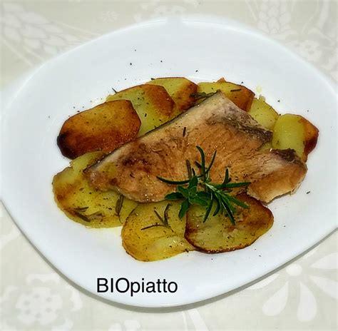 pesce su letto di patate trancio di pesce spada su letto di patate in crosta