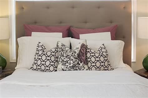 pillows on a bed 25 best ideas about pillow arrangement on pinterest bed
