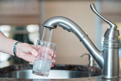 acqua potabile batteri e micro plastiche minacciano la