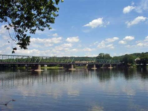 the delaware river divides pennsylvania and new jersey the delaware river divides pennsylvania and new jersey
