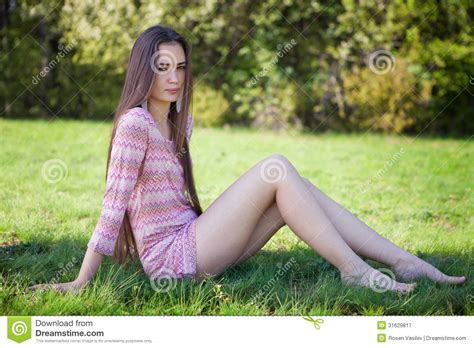 Home Design 3d Jogar Online by The Sits Girls Pretty Woman In The Park Sitting On Grass