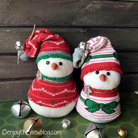 pupazzo di neve con bicchieri di plastica tutorial pupazzo di neve con calzini spaiati come decorazione natalizia