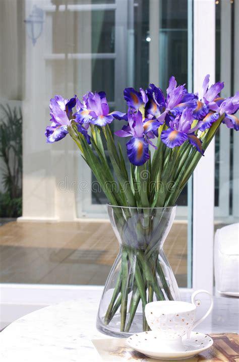 stock fiori artificiali fiori artificiali dell iride in un vaso di vetro