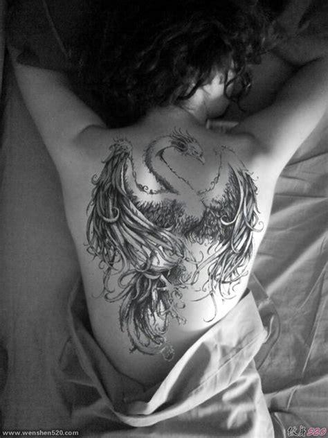 女子满背的黑色纹身凤凰图片