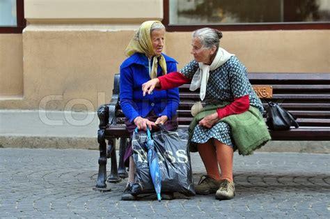 Bench Ladies Zwei Alte Frauen Sprechen Auf Der Bank Stockfoto Colourbox