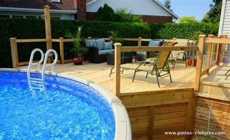 patio sol patio avec un grand deck de piscine hors terre parfait
