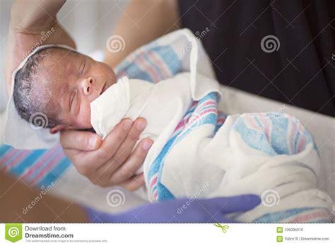 primo bagno neonato bambino dell infante neonato ottiene il suo primo