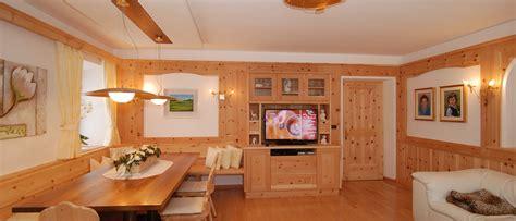 wohnzimmer zirbe kompletteinrichtungen aus zirbenholz gesundheit aus der