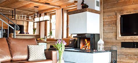 wohnzimmer mit kamin maierl chalets exklusive ausstattung mit sauna outdoor