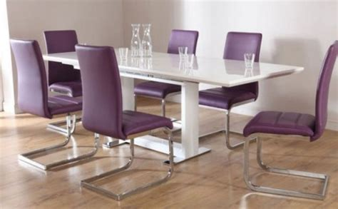 mesas de comedor en blanco y sillas a color