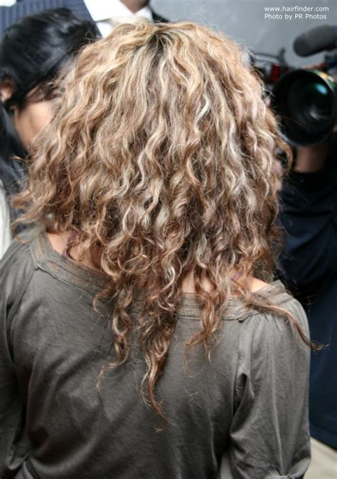 shakira extensions shakira wearing her hair long with waves and spiral curls