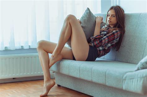 sit your y ass on that couch 배경 화면 여자들 초상화 창문 긴 머리 나귀 맨발 좌석 침상 셔츠 흑발 짧은 반바지