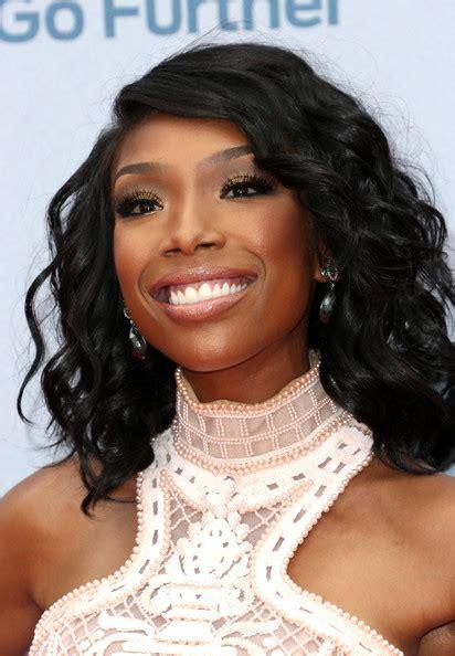 type of wavy hair brandy norwood wears brandy medium wavy cut shoulder length hairstyles