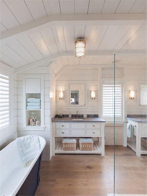 Nantucket Badezimmer by Bad Mit Granit Waschtisch Und Hellem Holzboden Ideen