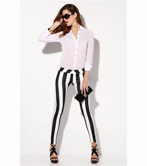 modas con blanco y negro los pantalones de rayas nos traen una primavera en blanco
