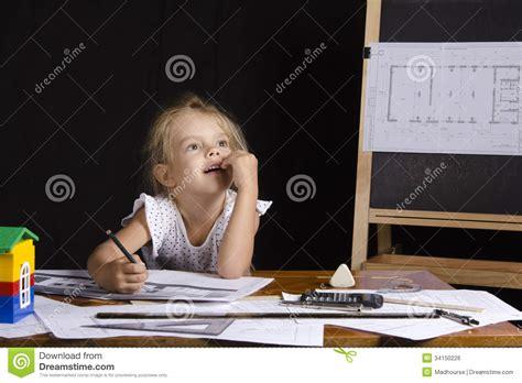 r馭rig駻ateur de bureau fille architecte s asseyant derri 232 re un bureau et pens 233