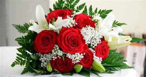 How Do You Keep Roses Fresh In A Vase by How To Keep Flowers Fresh Longer How To S 174