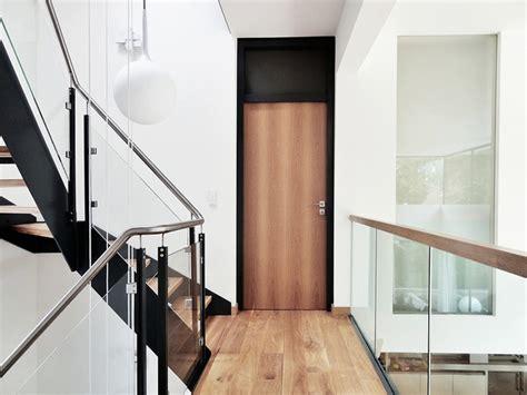 modernes treppenhaus modernes treppenhaus mit wangentreppe in einfamilienhaus