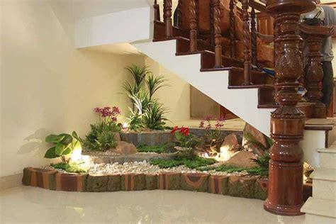 lindas ideas de jardines debajo de la escalera interior