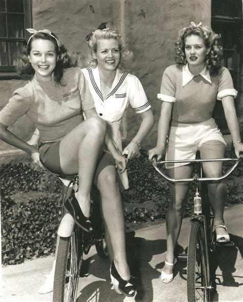 latest fashiont trand for ladies late 40 clothing in american suburbia after wwii late 1940s