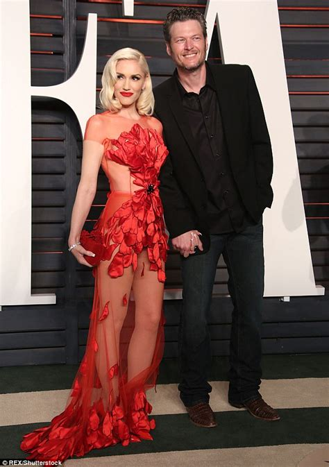 Gwen Stefani Vanity Fair Oscar Dress Gwen Stefani Holds With Shelton At Vanity Fair