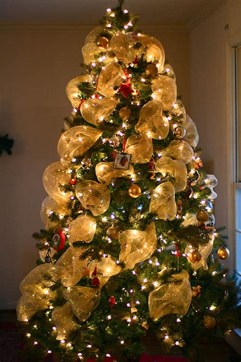 how to christmas tree decorating with mesh decorating with deco mesh a giveaway the creative