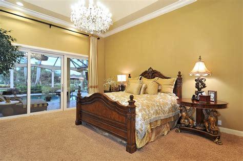 Karpet Dinding kombinasi warna emas agar rumah terasa mewah rumah dan