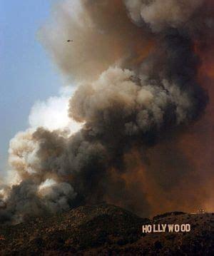 ngeles en llamas un espectacular incendio rodea el famoso cartel de