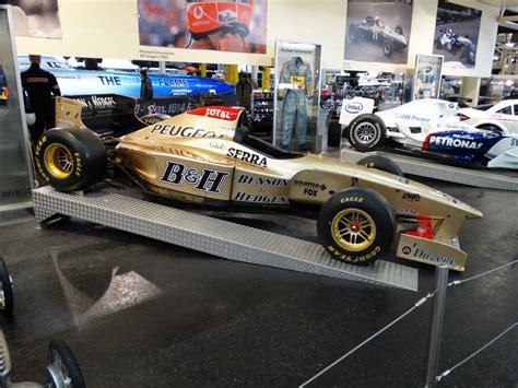 formel 1 wagen ein goldener formel 1 wagen am 11 11 14 im technik museum