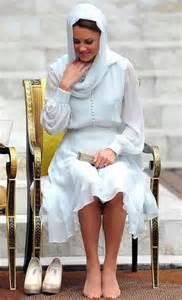duchess slant kate middleton ecco perch 233 si siede sempre cos 236 la
