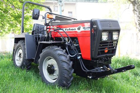 Comfortable 4x4 W 5000 Yukon Articulated Utility Tractor High